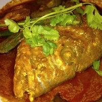 Foto scattata a Restoran Kari Kepala Ikan SG da Tan L. il 2/14/2013