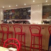 Снимок сделан в Murray's Cheese Bar пользователем Dor 9/30/2012