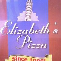 Foto tirada no(a) Elizabeth's Pizza por Tom B. em 9/26/2013