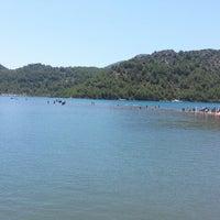รูปภาพถ่ายที่ Kız Kumu Plajı โดย Ebru B. เมื่อ 6/30/2013