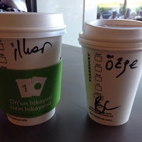 Foto tirada no(a) Starbucks por Ozge . em 7/6/2013