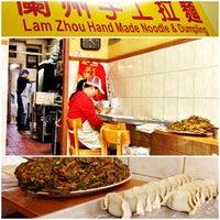 12/6/2012 tarihinde albaziyaretçi tarafından Lam Zhou Handmade Noodle'de çekilen fotoğraf