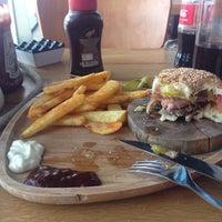 Foto tirada no(a) Beeves Burger & Steak house por Hakan Y. em 6/25/2014