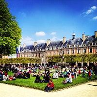 Das Foto wurde bei Place des Vosges von Seyed M. am 4/21/2013 aufgenommen