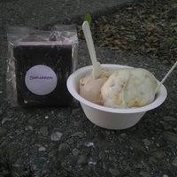 Снимок сделан в Lottie's Creamery пользователем Priscirra N. 5/26/2013