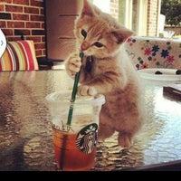 Das Foto wurde bei Starbucks von YEÖ am 7/29/2013 aufgenommen