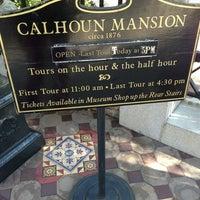 Foto tomada en Calhoun Mansion por Julia T. el 1/23/2013