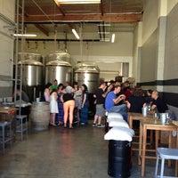 รูปภาพถ่ายที่ Monkish Brewing Co. โดย Vella P. เมื่อ 6/22/2013