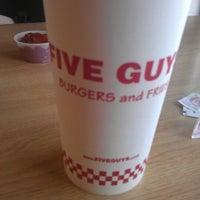 Das Foto wurde bei Five Guys von Richard D. am 1/29/2013 aufgenommen