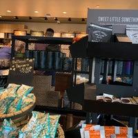 Foto tomada en Starbucks por Aaron C. el 10/25/2018