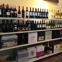 2/18/2013 tarihinde Ellie P.ziyaretçi tarafından Grand & Noble Wine & Spirits'de çekilen fotoğraf