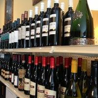 4/28/2013 tarihinde Ellie P.ziyaretçi tarafından Grand & Noble Wine & Spirits'de çekilen fotoğraf