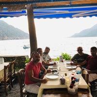 Foto tirada no(a) Delikyol Deniz Restaurant Mehmet'in Yeri por Servet 👋 em 8/21/2019