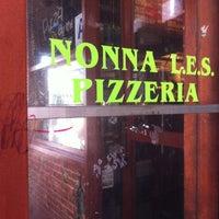 Foto tirada no(a) Nonna's L.E.S. Pizzeria por KimbreT6 -. em 1/26/2013