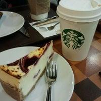 1/27/2013 tarihinde Emine Ürger .ziyaretçi tarafından Starbucks'de çekilen fotoğraf