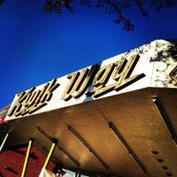รูปภาพถ่ายที่ Kwik Way Drive-In โดย Carl M. เมื่อ 2/9/2013