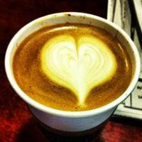 รูปภาพถ่ายที่ Hidden House Coffee โดย Alvino K. เมื่อ 1/27/2013