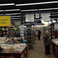 Foto diambil di Brookline Booksmith oleh Yana K. pada 1/30/2013