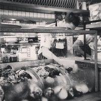 Foto tirada no(a) The Morrison Bar & Oyster Room por Hendy O. em 12/19/2012