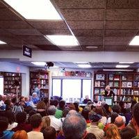 Photo prise au Politics & Prose Bookstore par Typical S. le4/6/2013