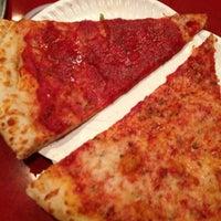 Foto tomada en Two Fisted Mario's Pizza por Lori P. el 7/14/2013