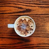 Photo prise au Starbucks par Evi J. le1/4/2014