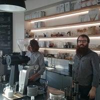 Foto tomada en Established Coffee por Tom B. el 8/19/2014
