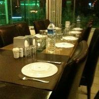 Foto tirada no(a) Muzom Restoran por Zeynep Cücen T. em 2/17/2013