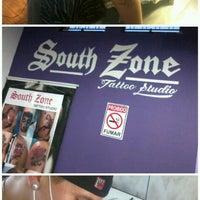 Foto tirada no(a) South Zone Tattoo Studio por Fernanda S. em 5/21/2013