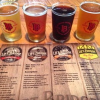 Foto tirada no(a) Lift Bridge Brewing Company por Jaclyn W. em 7/19/2013