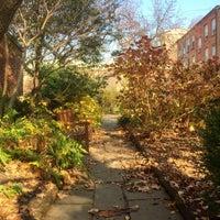 Das Foto wurde bei The Garden at St. Luke in the Fields von Scott S. am 12/12/2015 aufgenommen