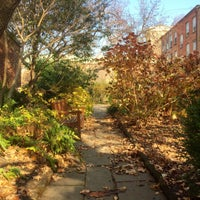 Foto diambil di The Garden at St. Luke in the Fields oleh Scott S. pada 12/12/2015