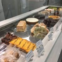 Das Foto wurde bei Lady M Cake Boutique von Annie H. am 11/2/2018 aufgenommen