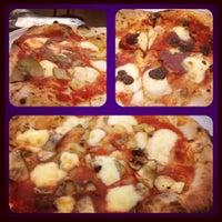 Foto scattata a Pizzeria O' Vesuvio Napoletana Forno Legna da Angela T. il 10/9/2012