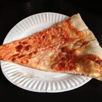 Das Foto wurde bei Sal & Carmine's Pizza von Erika H. am 6/4/2013 aufgenommen