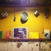 Foto tomada en Arleta Library Bakery Cafe por Kevin C. el 3/25/2013