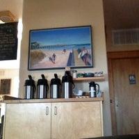 รูปภาพถ่ายที่ Waveriders Coffee & Deli โดย Kim C. เมื่อ 5/26/2013