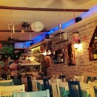 Foto tomada en Mavra Restaurant por Asli Y. el 5/6/2013