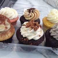 Foto tirada no(a) Sweet Box Cupcakes & Bake Shop por Matt V. em 5/12/2013