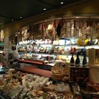 Das Foto wurde bei eatZi's Market & Bakery von Evelyn E. am 2/26/2013 aufgenommen