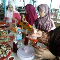 Снимок сделан в Kelong Restaurant Aneka Rasa пользователем Tri W. 12/25/2013