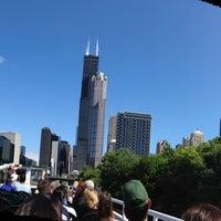 Foto tomada en Chicago Architecture Foundation River Cruise por Amy T. el 8/4/2013