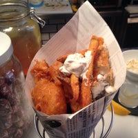 Das Foto wurde bei The Fish & Chips Shop von Sam H. am 3/21/2015 aufgenommen