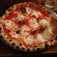 Das Foto wurde bei Roberta's Pizza von Whitney S. am 12/26/2012 aufgenommen