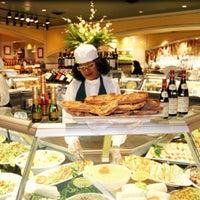 Das Foto wurde bei eatZi's Market & Bakery von Jess am 4/24/2013 aufgenommen