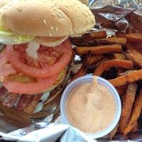 4/22/2013 tarihinde Chuck K.ziyaretçi tarafından Burger Shoppe'de çekilen fotoğraf