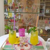 Das Foto wurde bei Büyükada Şekercisi Candy Island Cafe Patisserie von Merve C. am 7/5/2015 aufgenommen