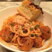 Foto tomada en The Plaza Food Hall por Raymond C. el 12/22/2014