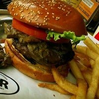 Photo prise au BGR - The Burger Joint par Alaa S. le9/20/2012