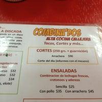 Das Foto wurde bei COMBInados, Tacos, cortes y + von Víctor Hugo S. am 3/9/2013 aufgenommen